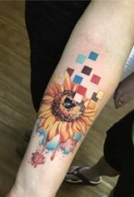 泼墨纹身素材 女生手臂上彩色的向日葵纹身图片