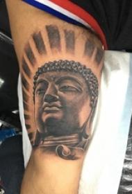 纹身佛像图 男生手臂上黑灰的佛像纹身图片