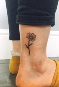 小雏菊纹身 女生脚踝上黑色的雏菊纹身图片