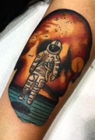纹身人物图腾 男生手臂上彩色的宇航员纹身图片