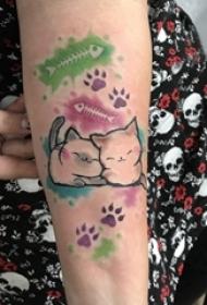 纹身卡通 女生手臂上彩色的爪印和猫咪纹身图片