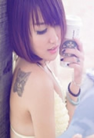 可爱美女背部纹身