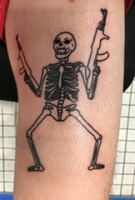 纹身大腿男 男生大腿上黑色的骷髅纹身图片