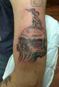 骷髅纹身 男生手臂上蜡烛和骷髅纹身图片