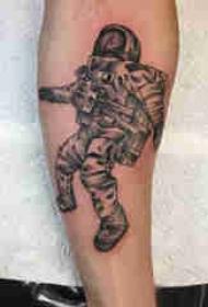 人物肖像纹身 男生手臂上创意的宇航员纹身图片