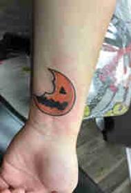 纹身卡通 男生手腕上彩色的南瓜月亮纹身图片