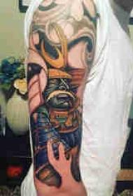 日本武士纹身 男生手臂上彩色的武士纹身图片