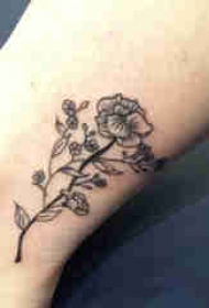 植物纹身 女生小腿上黑色的花朵纹身图片