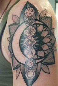 双大臂纹身 男生大臂上月亮和花朵纹身图片