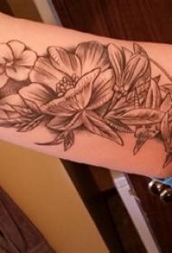 文艺花朵纹身 女生手臂上文艺花朵纹身图片