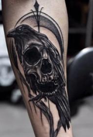 手臂纹身素材 男生手臂上乌鸦和骷髅纹身图片