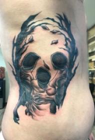 一家人纹身图案 男生侧腰上树枝和家人纹身图片