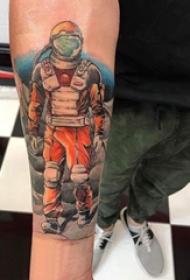 宇航员纹身 男生手臂上宇航员纹身图片