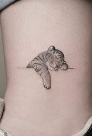 脚踝骨纹身 女生脚踝上黑色的卡通老虎纹身图片