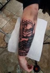 手臂纹身图片 男生手臂上黑色的武士纹身图片