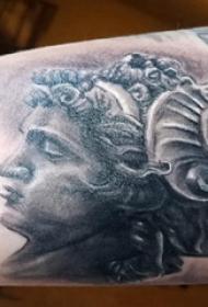 人物纹身 男生手臂上黑色的素描人物纹身图片