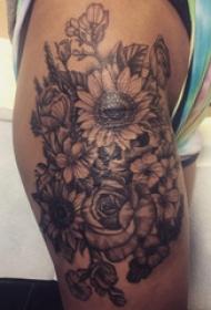 臀部纹身 女生臀部黑色的花卉纹身图片