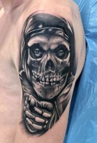 纹身黑色 男生大臂上黑色的骷髅纹身图片