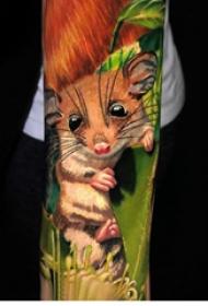 老鼠纹身图 男生手臂上植物和老鼠纹身图片