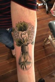手臂纹身素材 男生手臂上花朵和灯泡纹身图片