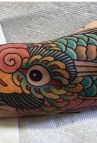 纹身鸟  男生小臂上彩色的鸟纹身图片