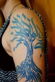 纹身树枝 男生大臂上蓝色的树纹身图片