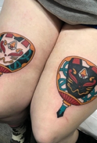 大腿纹身传统 女生大腿上彩色的扇子纹身图片