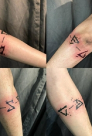 纹身符号  女生手臂上极简的符号纹身图片