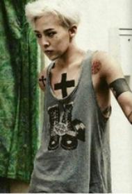 权志龙的纹身  明星身上黑色的十字架纹身图片
