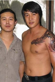 陆毅纹身图  明星肩部黑灰色的龙纹身图片