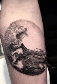 纹身黑色 男生手臂上黑色的浪花纹身图片