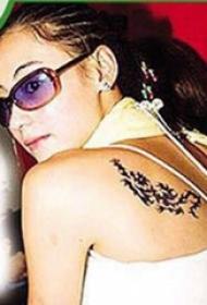 张柏芝的纹身 明星后背上黑色的龙纹身图片