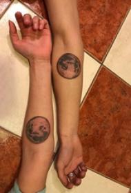 情侣纹身小图案手腕 情侣手腕上黑色的星球纹身图片