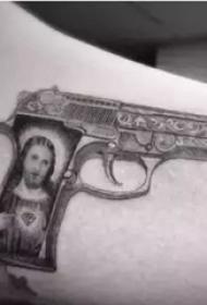 权志龙的纹身  明星手臂上素描的枪纹身图片