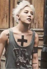 纹身小十字架  明星胸部黑色的十字架纹身图片