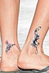 张柏芝的纹身  明星脚踝上黑色的线条纹身图片