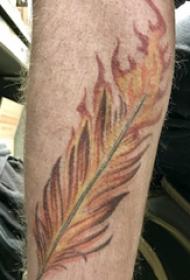 手臂纹身素材 男生手臂上燃烧的羽毛纹身图片