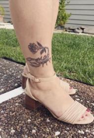 欧美小腿纹身 女生小腿上玫瑰和蝎子纹身图片