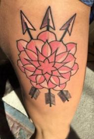 纹身大腿男 男生大腿上箭矢和花朵纹身图片