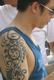中国纹身明星  黄贯中手臂上黑色的部落图腾纹身图片