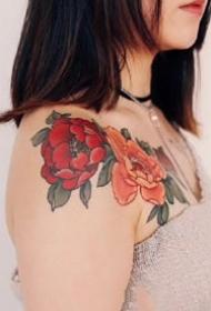 适合女士的红色花卉花朵纹身作品
