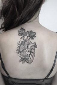 心脏纹身:黑灰色的一组素描心脏纹身图案
