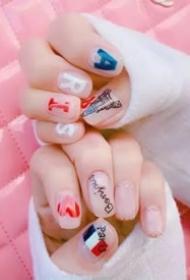 一组很可爱的五颜六色的韩系美甲图片