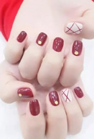 温柔可爱超显手白的暖色系枫叶红美甲图片
