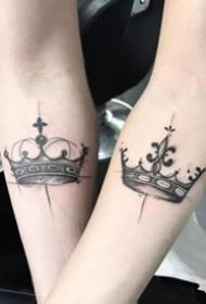 适合情侣的一组成对的皇冠纹身作品