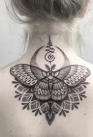 美腻的女生后颈部点刺繁花纹身图案