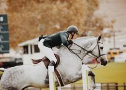 在马场骑马的美女图片(10张)