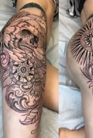 女性大腿侧到臀部的性感纹身图片