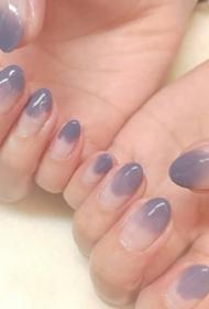 温柔的裸粉和灰紫色系秋冬美甲图片