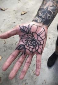 一组手掌心里的创意纹身图案欣赏